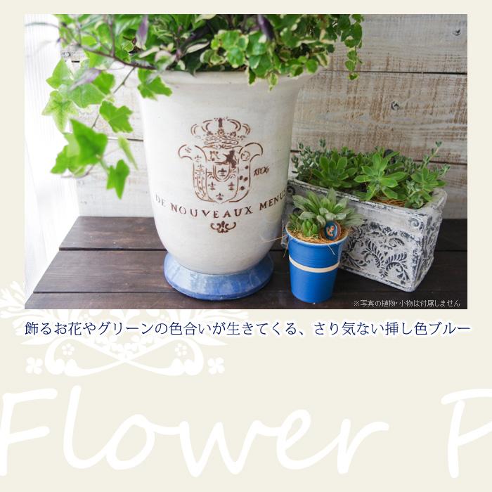 飾るお花やグリーンの色合いが生きてくる、さり気ない挿し色ブルー